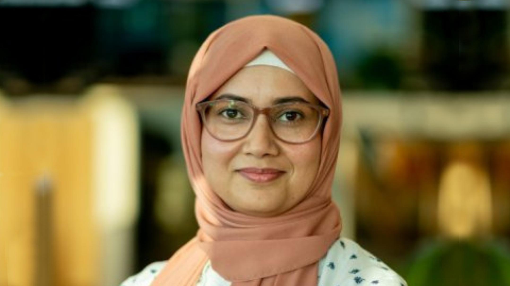 Portrait of Monash University professor Rashida Hoda in front of a blurred background.