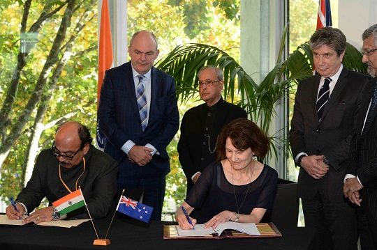 (From left) the High Commissioner for India His Excellency Mr Sanjiv Kohli, Minister for Tertiary Education, Skills and Employment Hon Steven Joyce, President of India His Excellency Mr Pranab Mukherjee, Victoria University Pro-Vice Chancellor Jennifer Windsor, AUT Vice Chancellor Professor Derek McCormack and Victoria University Professor Sekhar Bandyopadhyay at the signing of the MoU.
