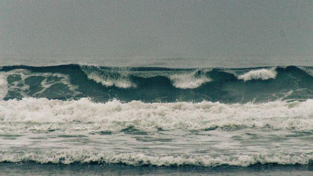 Big ocean waves approaching the shore