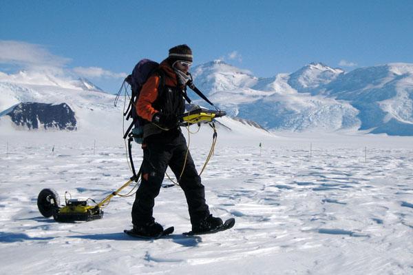 Using high-frequency ground penetrating radar on Beardmore Glacier c. Nick Golledge 2010-2011