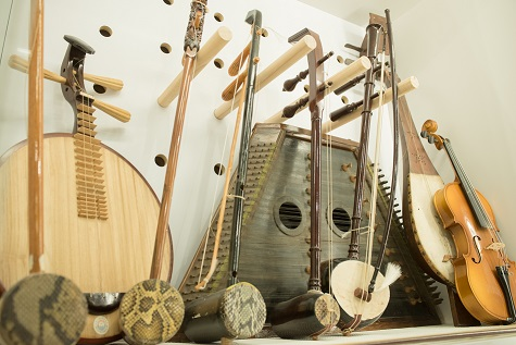 An image of various stringed instruments.