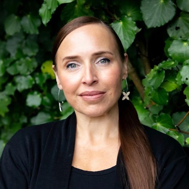 April Henderson profile picture photograph